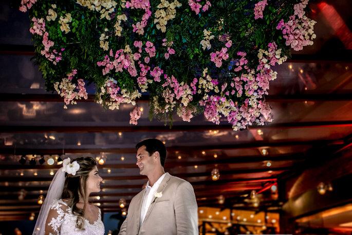 Noivos se olham embaixo de árvore no casamento em Búzios