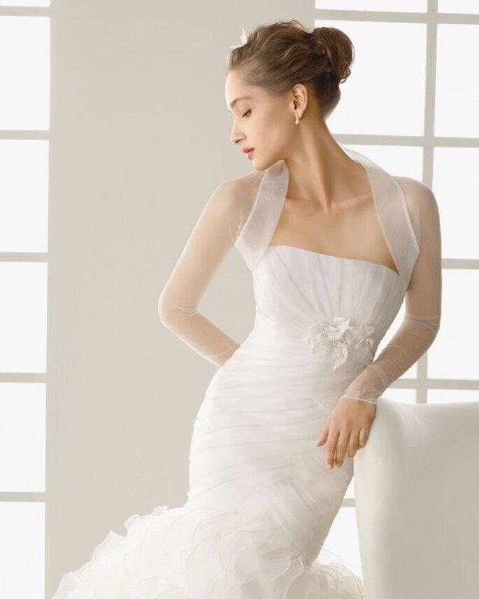 Chaqueta de tul para novia con mangas largas - Foto Rosa Clará