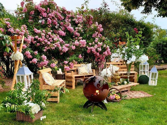 Jardins aménagés avec des meubles en palettes pour un mariage style bohème