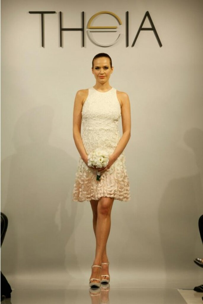 Vestido de novia corto estilo ombré de moda en 2014 - Foto THEIA Facebook