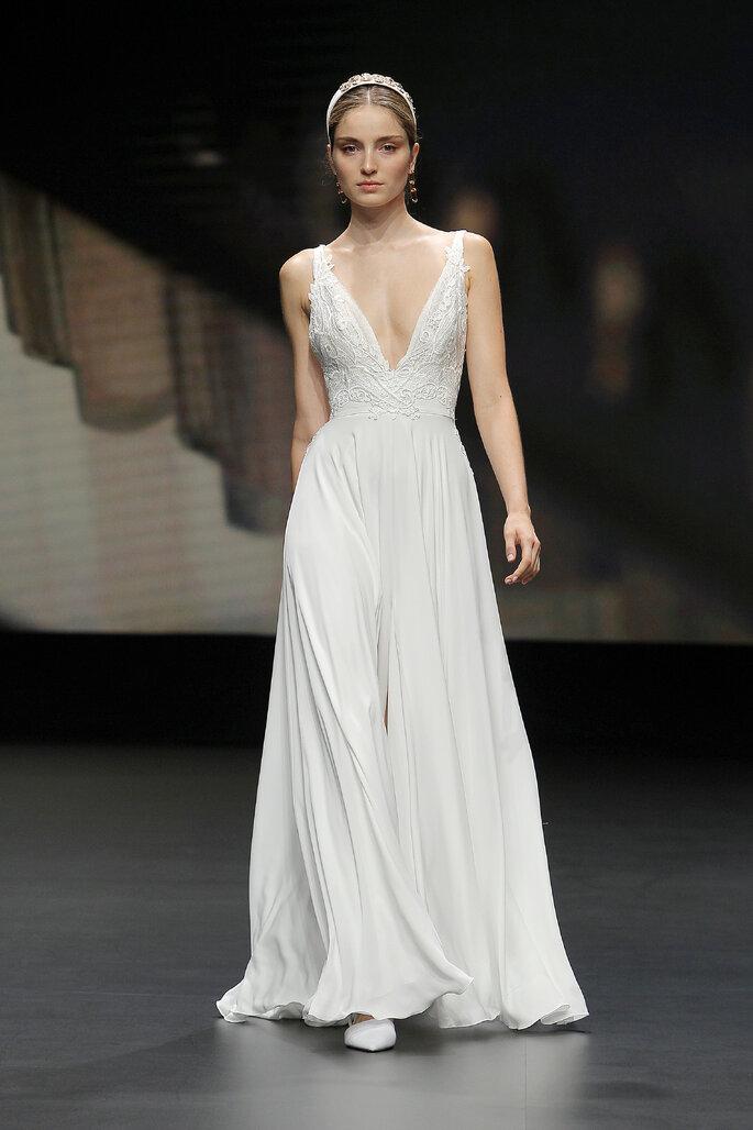Colección Touch de Yolan Cris - Vestido de novia con tirantes con falda corte A y cintura ajustada de apliques de guipur bordado, apertura delantera que da movimiento al vestido, escote V