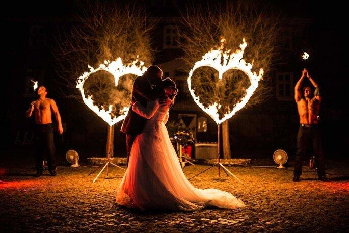 Brautpaar küssend bei Feuershow