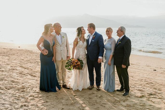 Noivos com seus pais posam após a cerimônia
