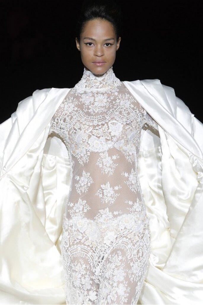Las transparencias son otra de las propuestas de los vestidos de novia Isabel Zapardiez 2012