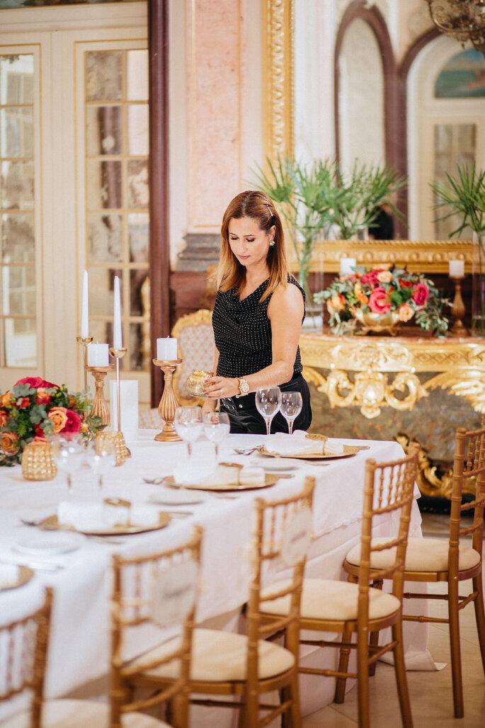 quanto custa um casamento: wedding planner a organizar uma mesa