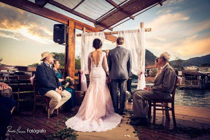 Espaço com cerimônia no local, decoração, buffet, DJ, sonorização, iluminação decorativa e de pista de dança, cerimonial e translado de barco para os convidados e entrada da noiva