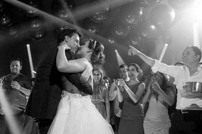 Noivos se divertindo e à vontade em casamento com cerimonial por Assim Cerimonial e Eventos.