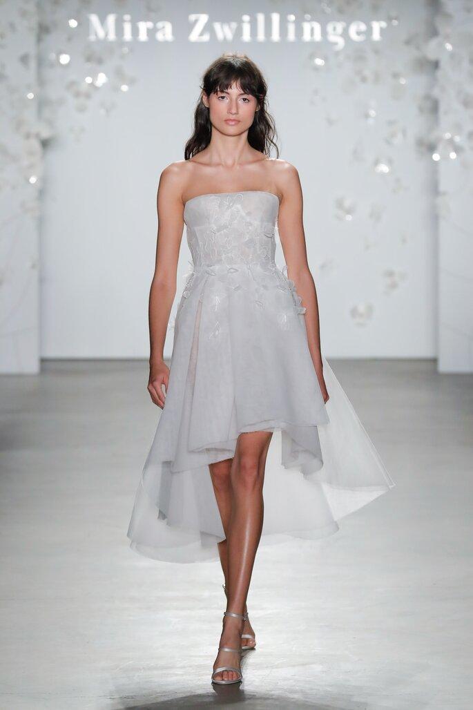 Vestido de novia corto strapless y corte high low