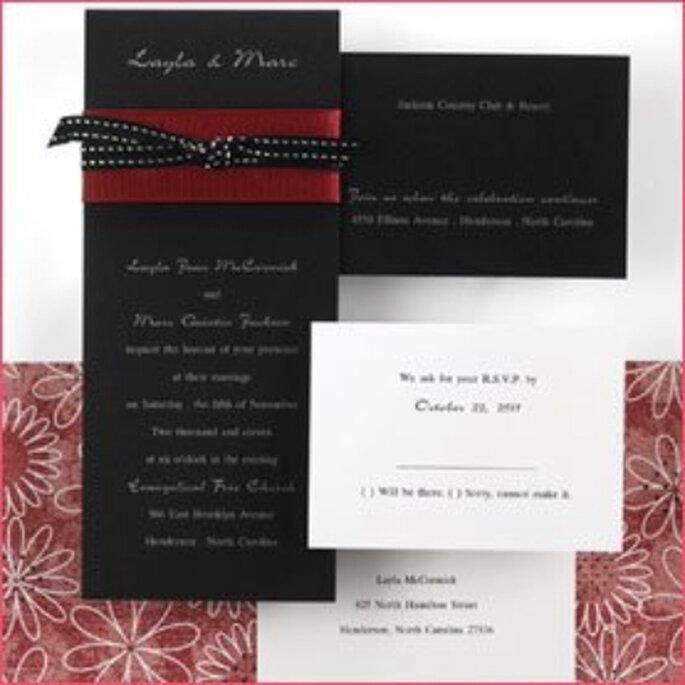 Blanco, negro y como infalible aliado, el rojo oscuro que se suma para darle un original toque de color, sin perder la sobriedad y elegancia de la tarjeta. El listón a lunares, un detalle simple y exquisito.