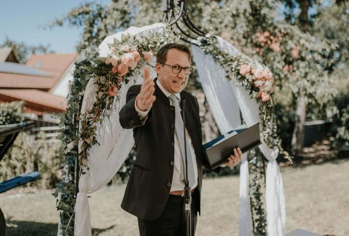 Der Trau- und Hochzeitsredner Andreas Schaufler bei einer Trauung.