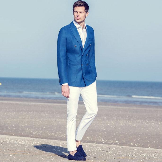 Veste bleue, pantalon blanc et mocassins, look décontracté pour le marié