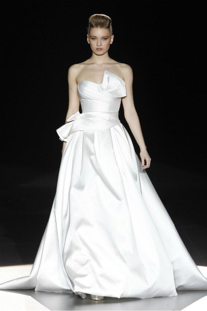 Vestido de novia strapless de Hannibal Laguna 2012