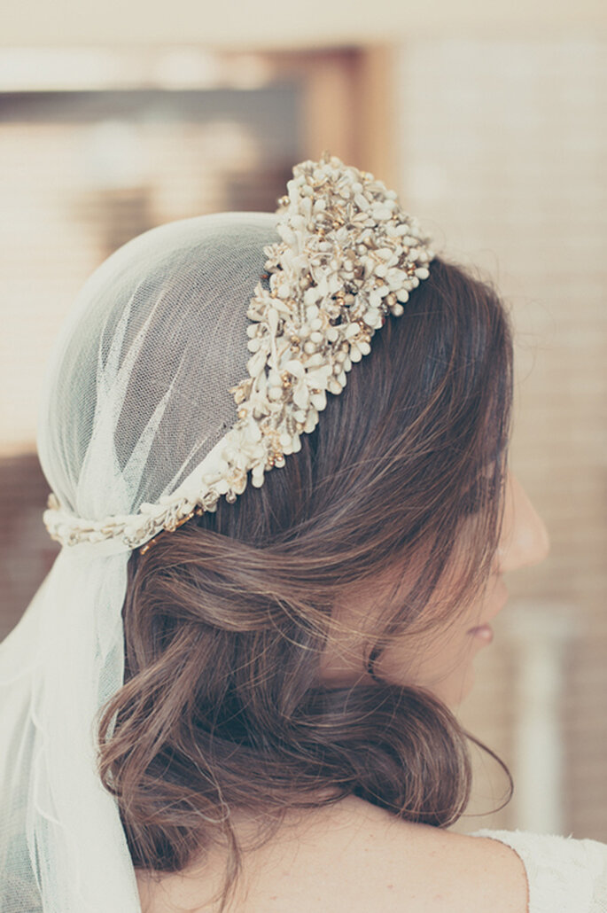Diadema de flores y adornos con velo incorporado