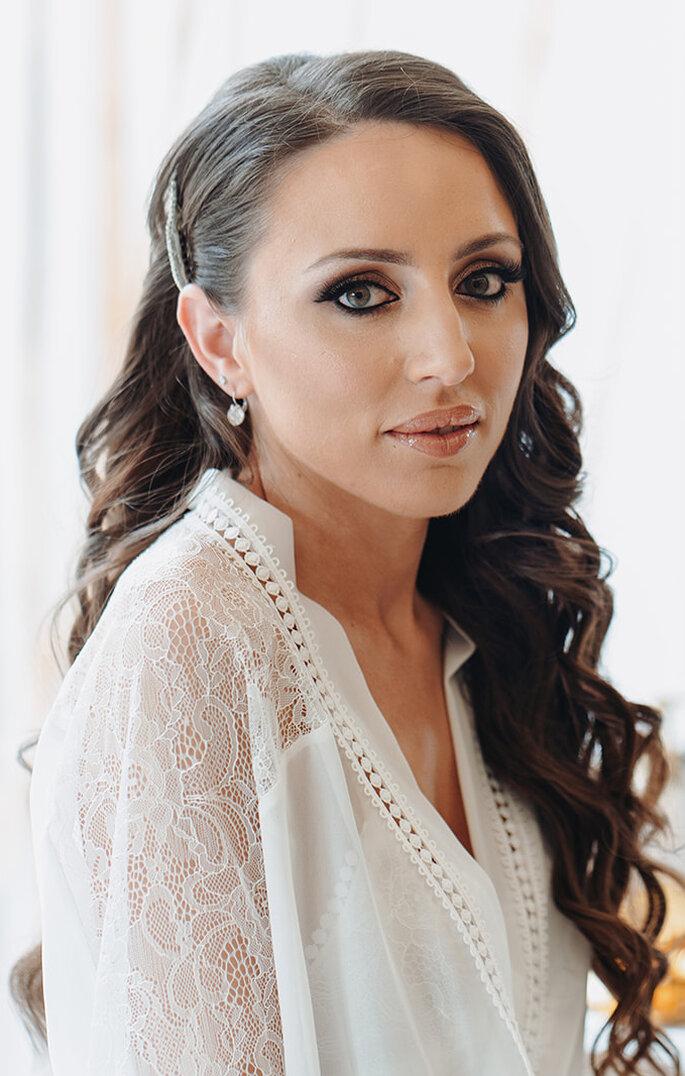 noiva com cabelo comprido semi apanhado com ondulações na preparação da noiva