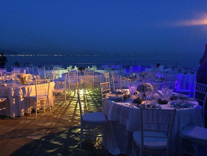 Torre La Cerniola - banchetto nuziale con illuminazione blu