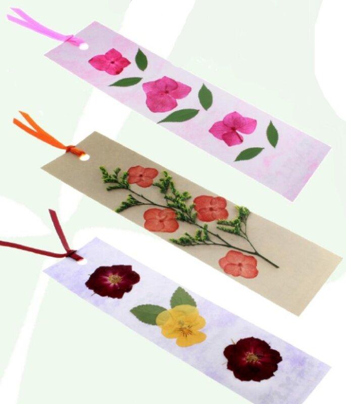 Separadores de libros con flores secas para la invitación de boda ...