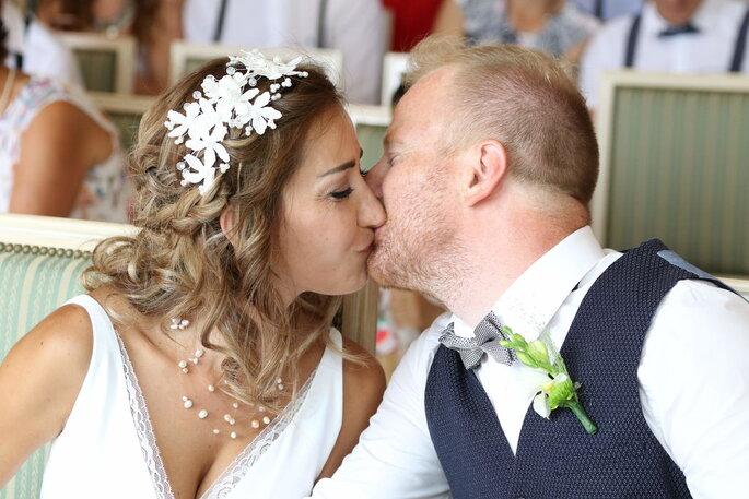 Deux mariés en train de s'embrasser à la mairie, un cliché pris sur le vif