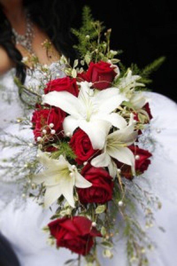 bouquet de mari e rouge et blanc pictures to pin on pinterest. Black Bedroom Furniture Sets. Home Design Ideas
