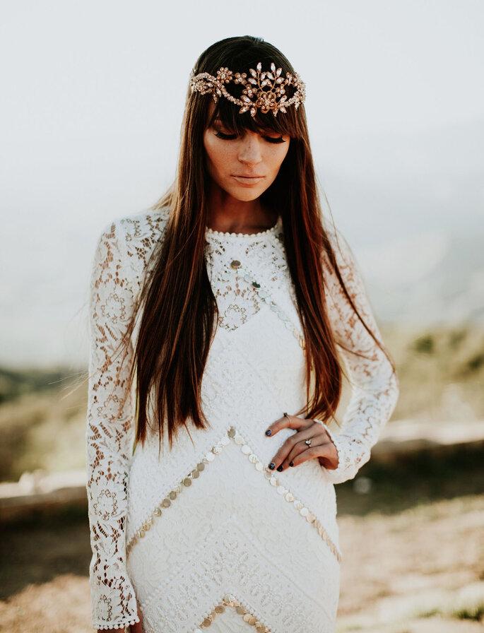 Peinado de novia con capul con corona de piedras, para un look bohemio