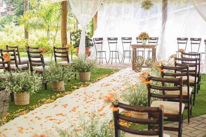Decoração de cerimônia estilo rústico em mini wedding