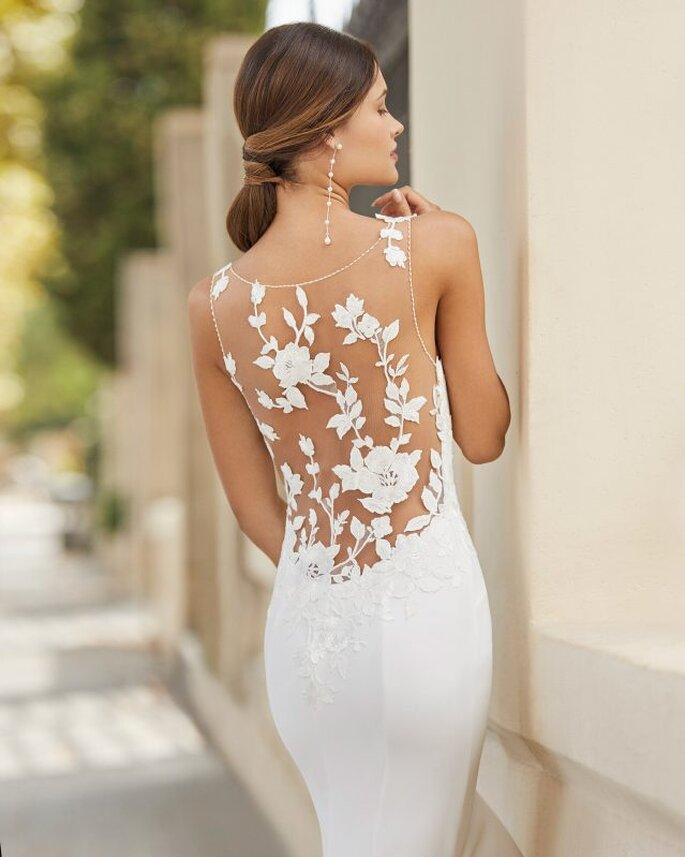 Rosa Clará Vestido de novia con encaje corte sirena con escote de ilusión en espalda con bordados florales.