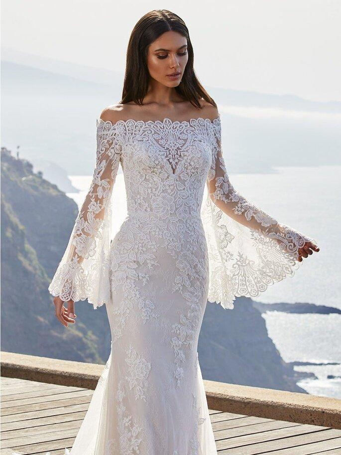 Pronovias Vestido de novia con encaje chantilly corte sirena con escote envolvente con espalda de encaje y falda tul de bordado