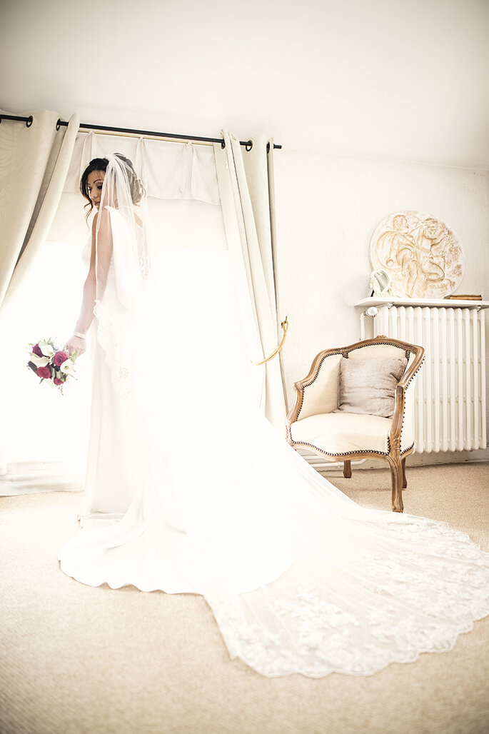 Préparatifs de la mariée dans une coquette chambre sur le lieu de réception de son mariage