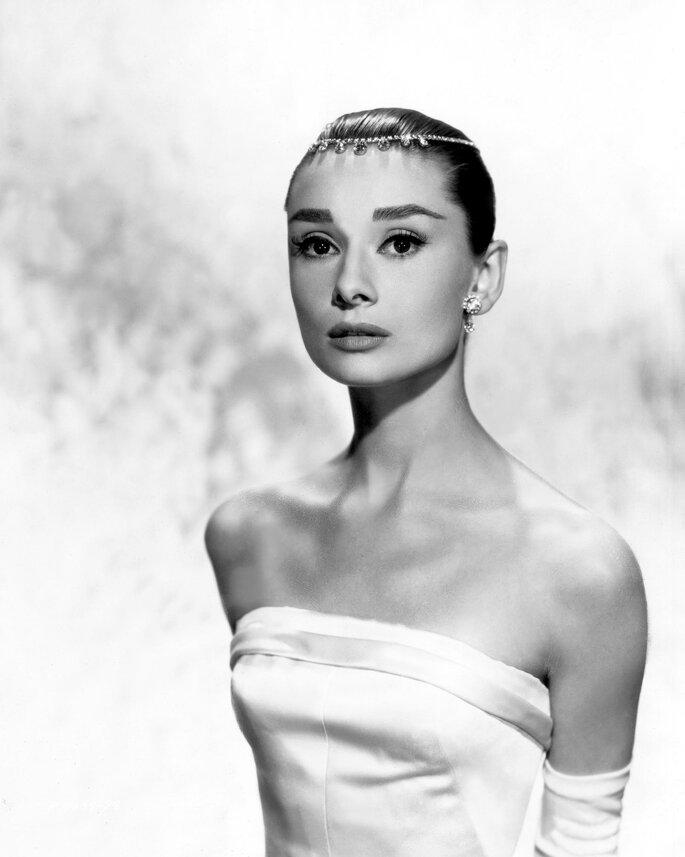 Audrey Hepburn portait une robe de mariée bustier dans le film Funny Face en 1957