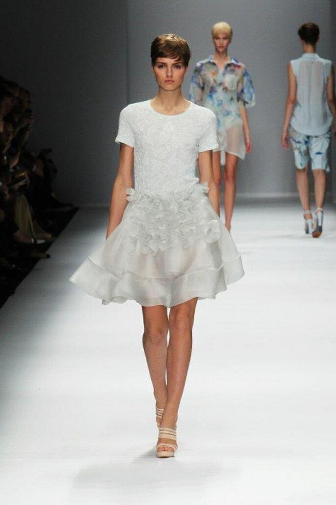 Vestido de fiesta corto en color blanco con falda vaporosa - Foto Cacharel