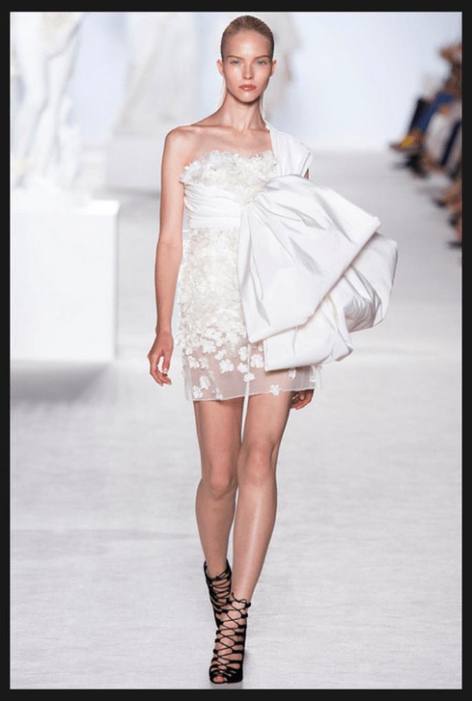 Vestido de novia alta costura en color blanco con detalle de tela en relieve al costado - Foto Giambattista Valli
