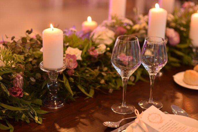 Decoração floral da mesa dos noivos