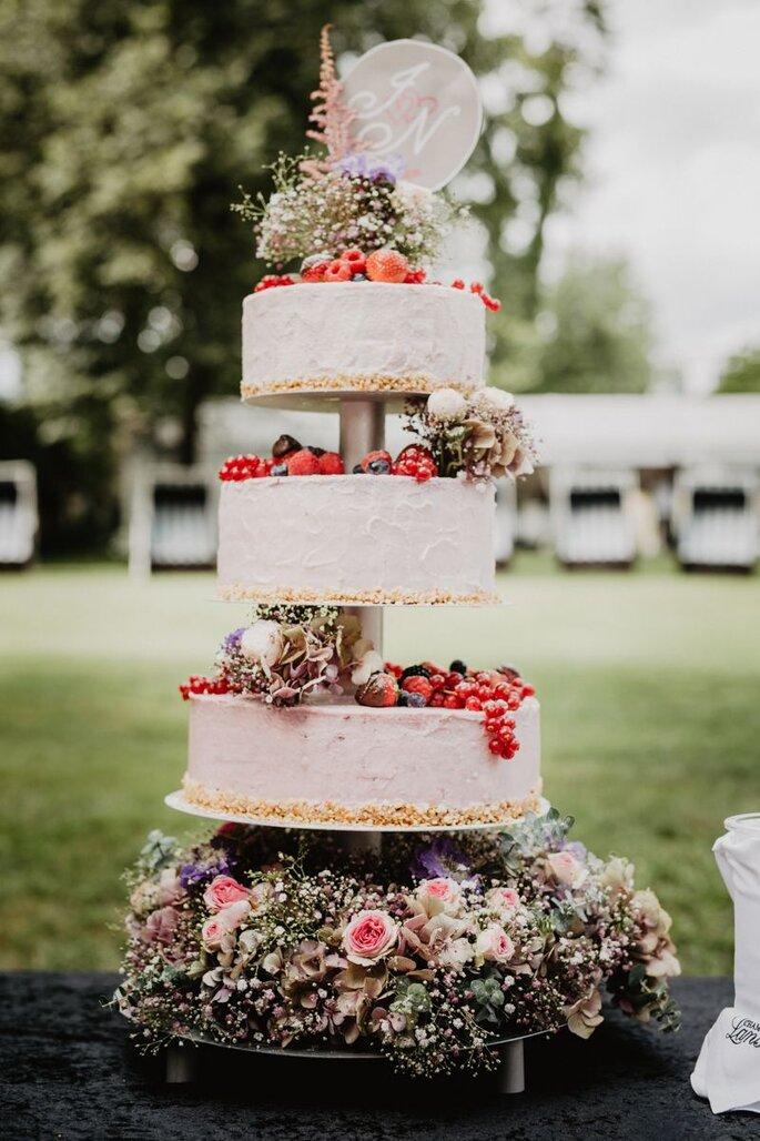 Mehrstöckige Hochzeitstorte mit Etageren