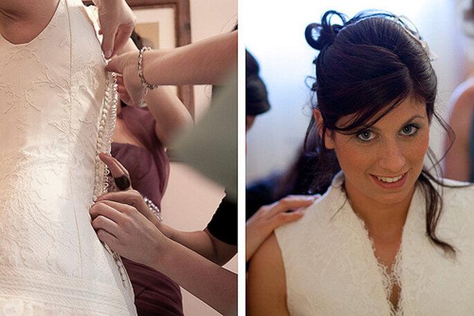 Uno de los momentos más emocionantes para cualquier novia: ponerse el vestido. Foto de Chema Naranjo
