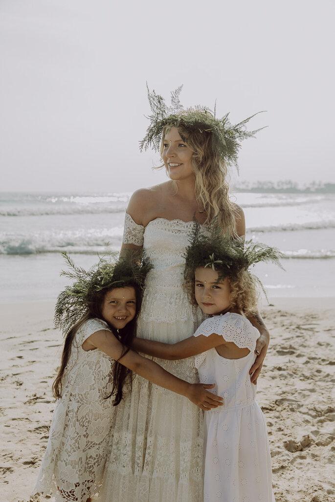 Die Braut hält die beiden Blumenmädchen in den Armen.