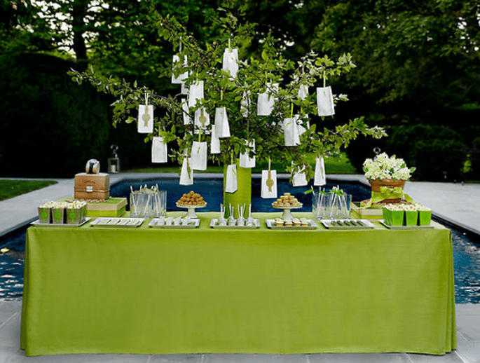 Decoración para mesa de postres con base en color verde intenso - Foto Amy Atlas