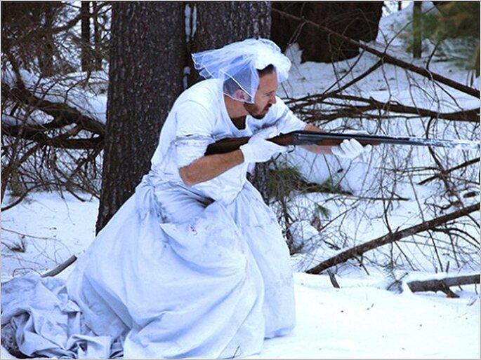 K. Cotter utiliza el vestido de su ex mujer como traje de camuflaje para la nieve. Foto: M.E.W.D.