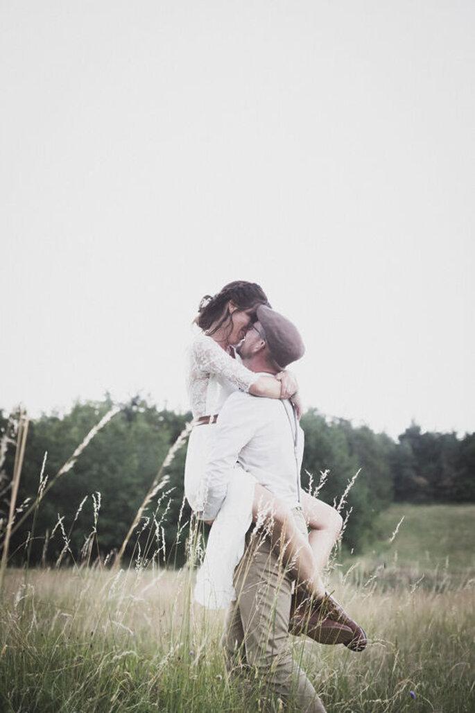 Photo originale d'un couple de mariés champêtre