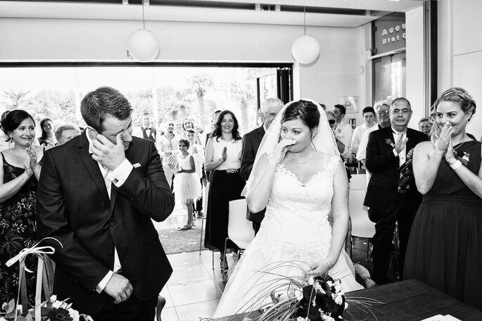 Deux mariés émus aux larmes pendant leur échange de voeux
