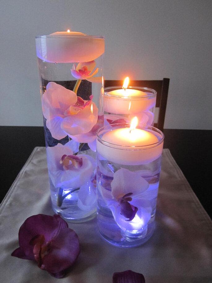 Legen Sie einige Blüten in ein Glas mit Wasser und stellen Sie obenauf ein Teelicht Foto: Etsy.com RoxyInspirations Roxana Acosta
