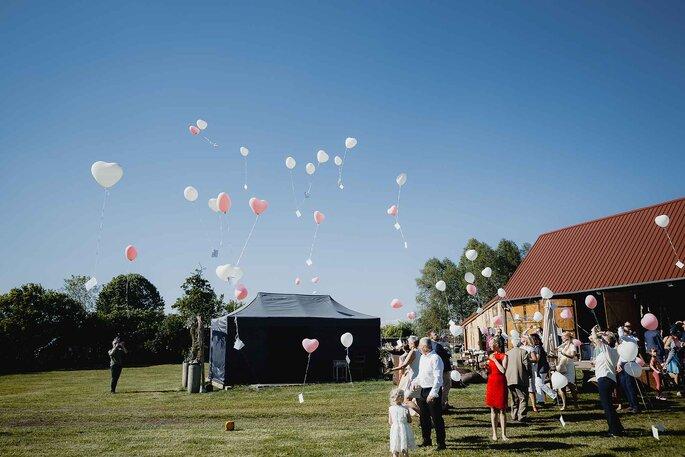 Hochzeitstradition.Luftballonsteigen mit den Gästen
