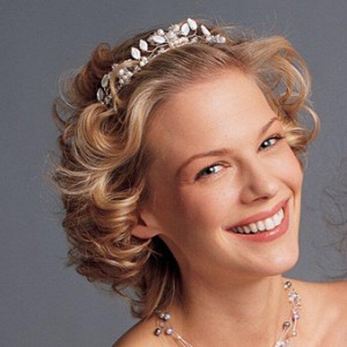 Una tiara discreta también puede resaltar tu belleza