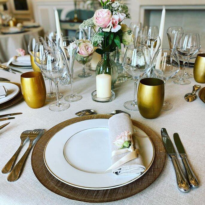 La place d'un invité à la table d'une réception de mariage, décoration de table aux tons rose pastel et doré