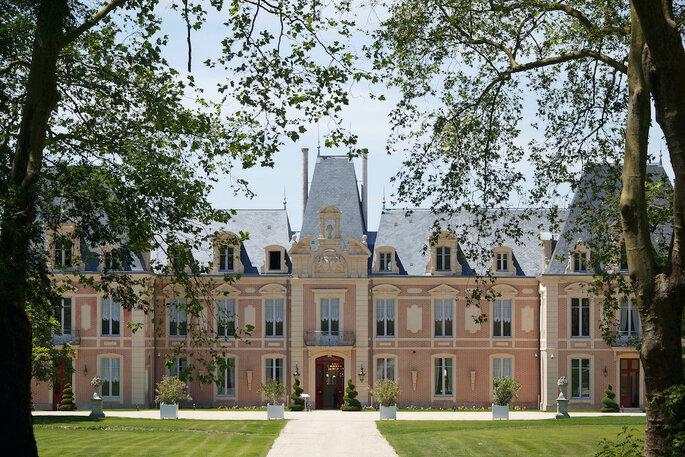 Une longue allée mène jusqu'à l'Alexandra Palace , bordée par de la pelouse et des arbres centenaires.