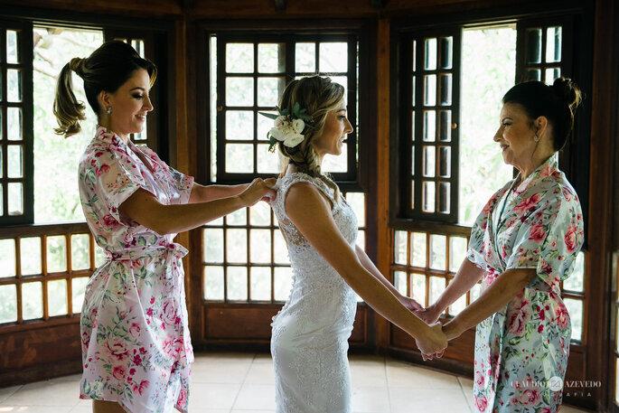Noiva com flor no cabelo para casamento diurno