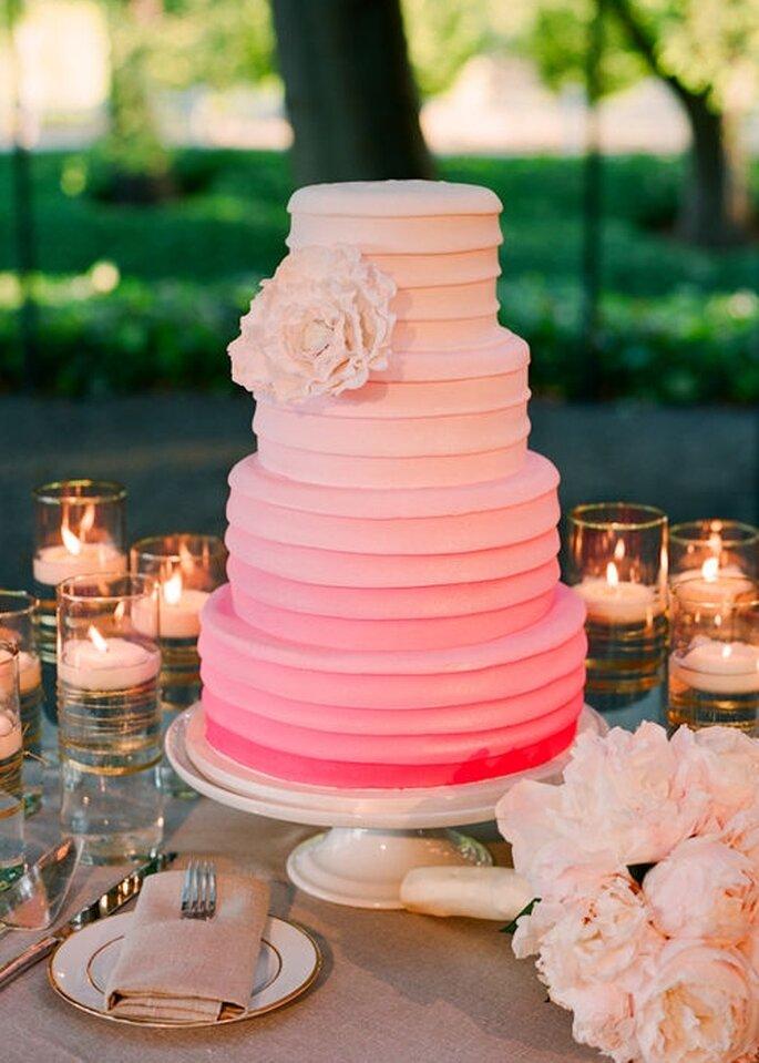 Pastel de boda rosa degradado, redondo a 4 niveles, adornado con un detalle floral