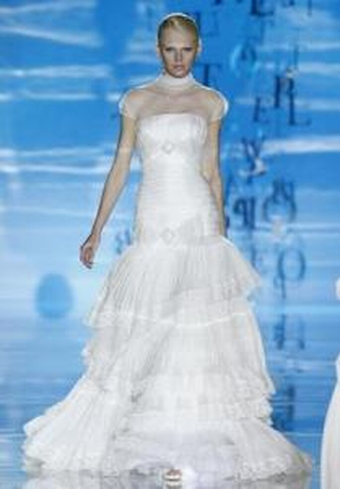 Pepe Botella - Vestido largo en seda, corte princesa, falda en escalones, cuello y mangas en gasa