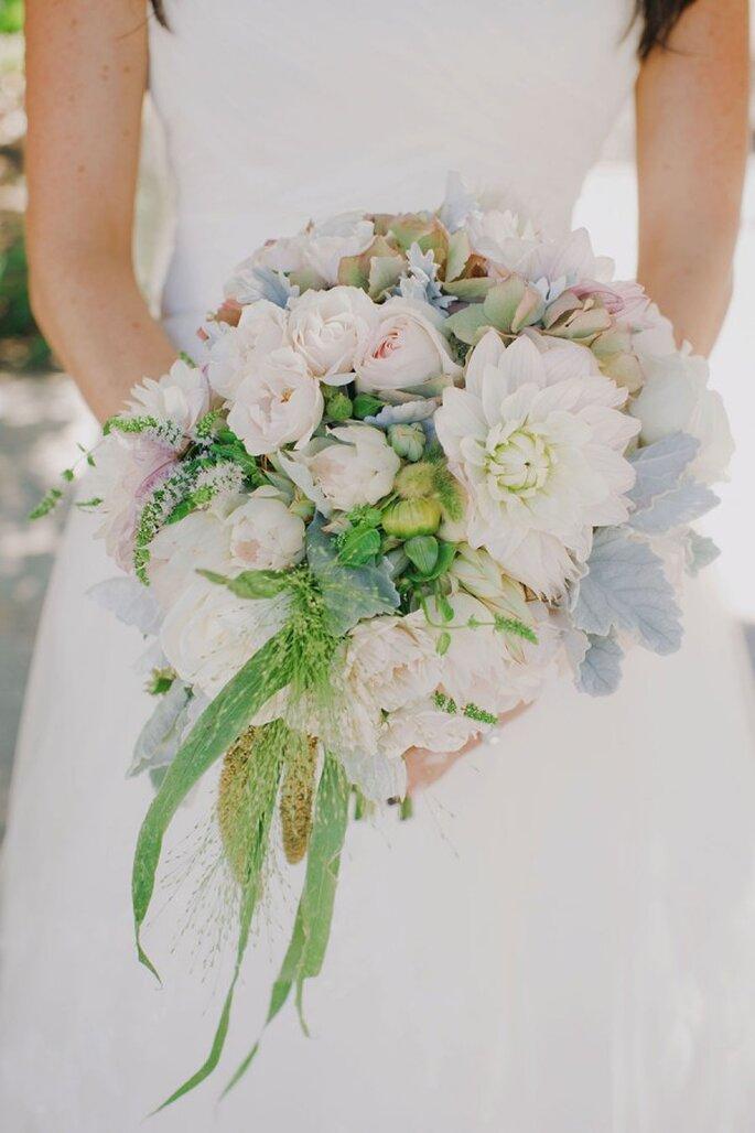 Azul sutil y rosa palo en el ramo de la novia - Foto Yvonne Wong Photography