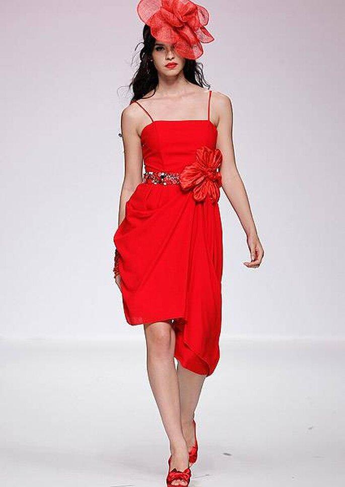 Vestido de fiesta rojo a la rodilla con cinturón brillante y tocado de Matilde Cano