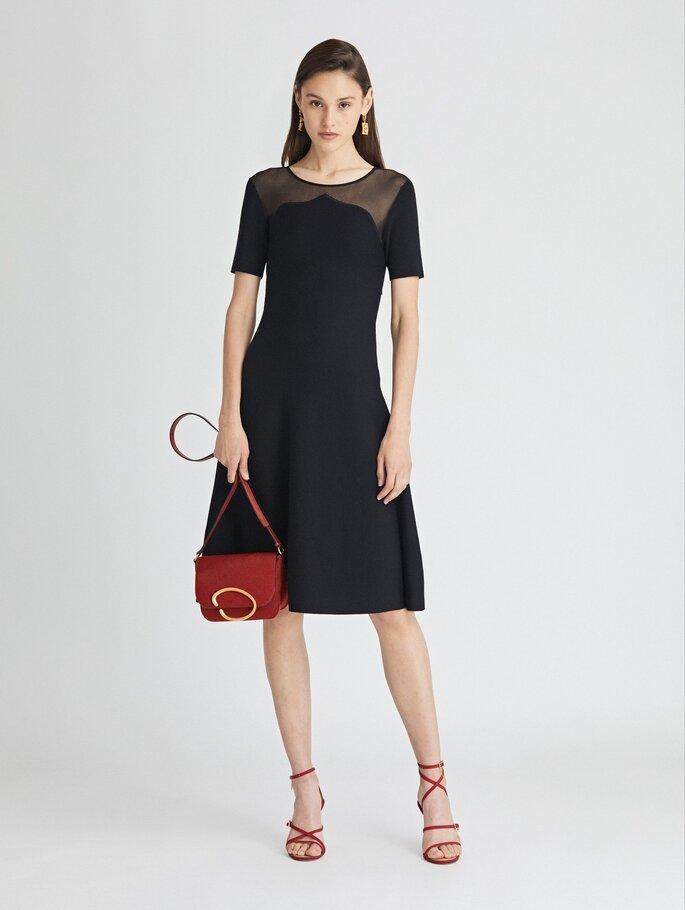 Vestido de fiesta negro con largo midi y transparencia en escote