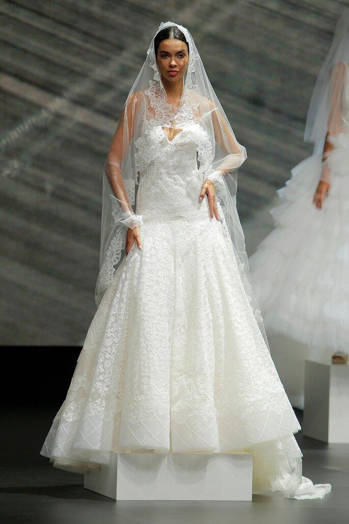 Colección Touch de Yolan Cris - Vestido de novia corte A confeccionado con macramé y encaje de seda. Forro color ivory sobre blanco roto. Velo con detalles en las orillas